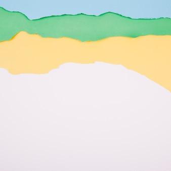 Warstwy zgrywanie papiery na białym tle