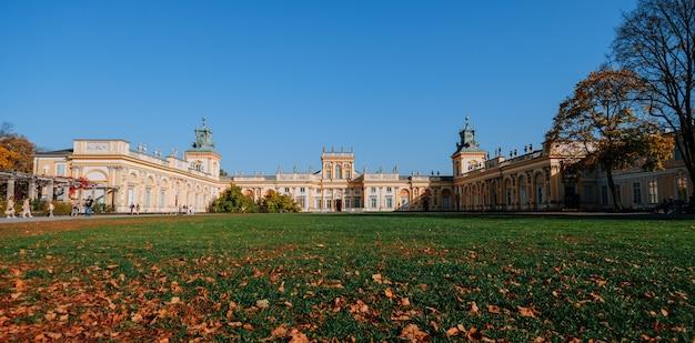 Warszawa, polska - 14 października 2019: główna fasada pałacu królewskiego w wilanowie