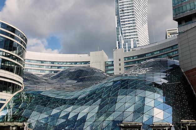 Warszawa, polska - 30 czerwca 2017: nowoczesny budynek w centrum handlowym w warszawie