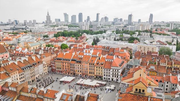 Warszawa z lotu ptaka. stare miasto i nowe nowoczesne budynki