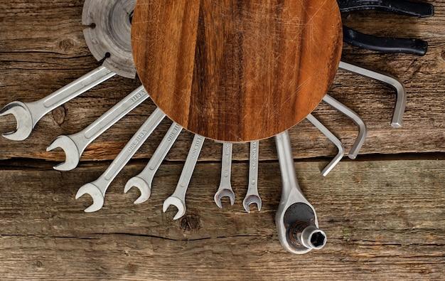 Warsztat, naprawa. narzędzia na drewnianym stole