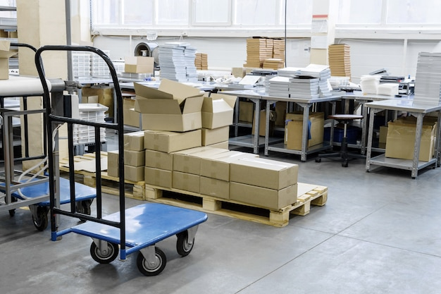Warsztat pakowania przemysłowego ze sprzętem i pudełkami gotowymi do wysyłki