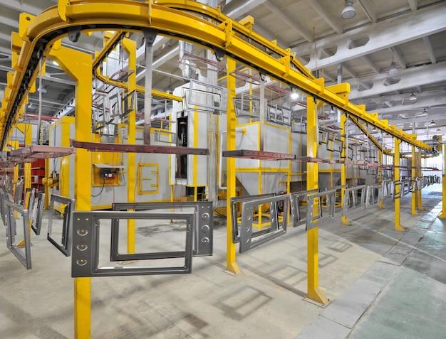 Warsztat przemysłowy do montażu pieca na przenośniku taśmowym