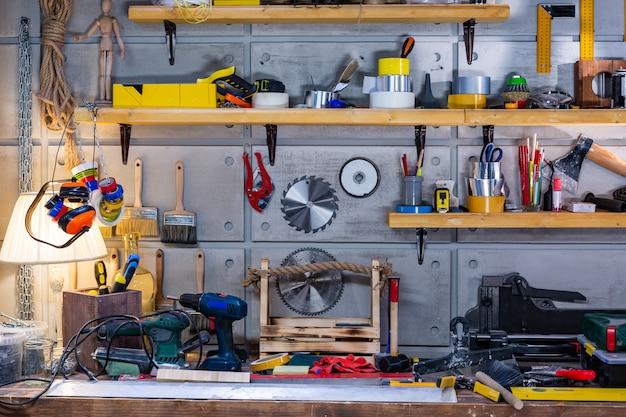 Warsztat stolarski wyposażony w niezbędne narzędzia wiszące na ścianie