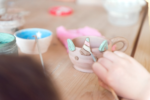 Warsztaty garncarskie dla dziewczynki pracującej z gliną