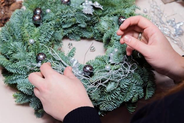 Warsztaty tkania wieńców bożonarodzeniowych.