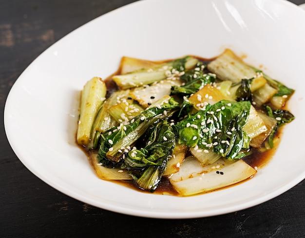 Warzywa bok choy smażymy z sosem sojowym i sezamem. chiński kuzyn.