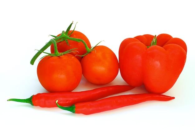Warzywa czerwone na białym tle