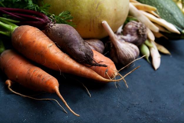 Warzywa i fasola na ciemnym niebieskim tle betonu. naturalna żywność ekologiczna