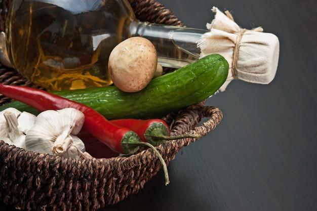 Warzywa i kosz z butelką octu