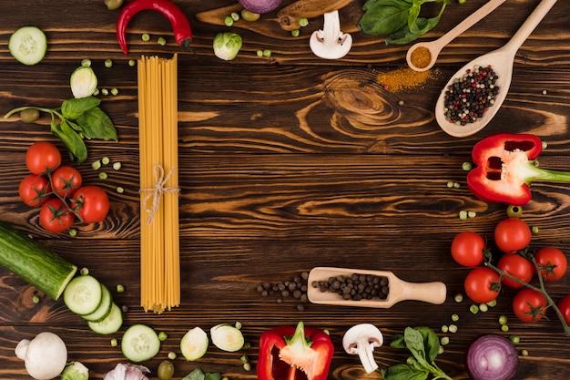 Warzywa i makaron na drewnianej desce. widok z góry.