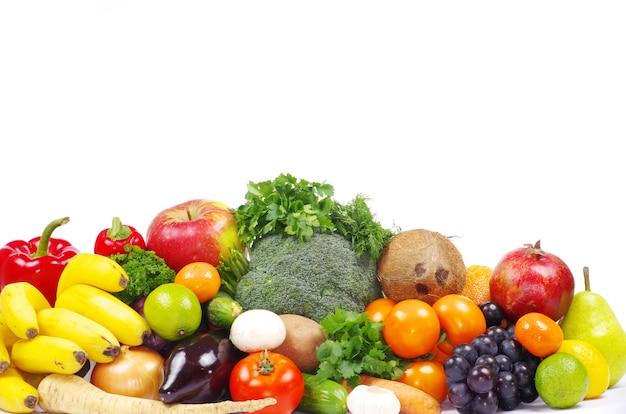 Warzywa i owoce na białym tle