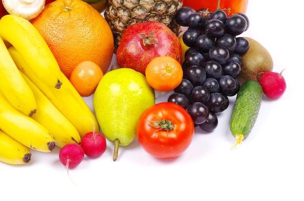 Warzywa i owoce na białym