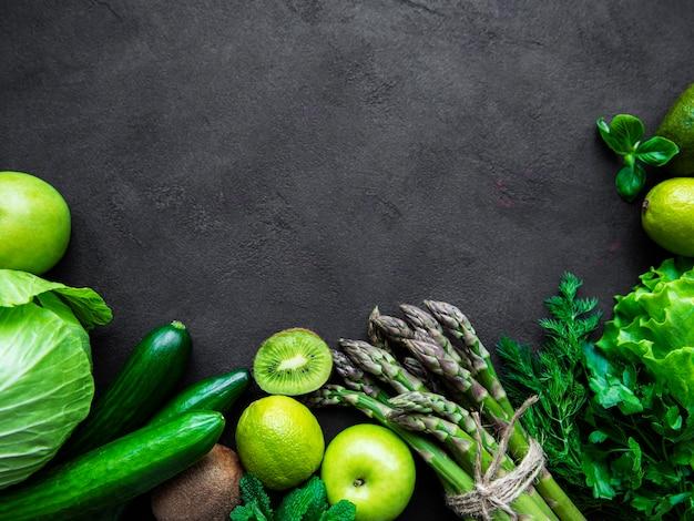 Warzywa i owoce na czarnym tle