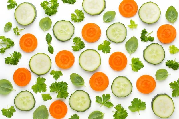 Warzywa i przyprawy na białym tle na białym tle, widok z góry. tapeta abstrakcyjna kompozycja warzyw.