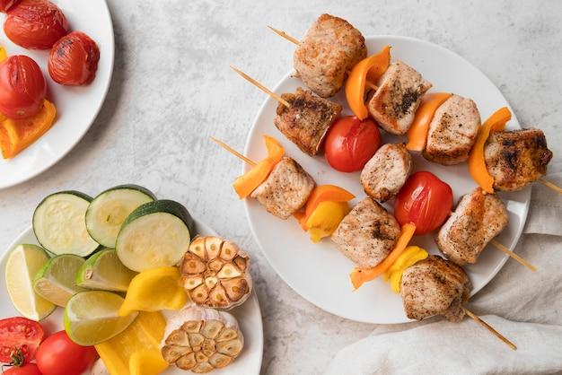 Warzywa i szaszłyki mięsne grillowane na biurku
