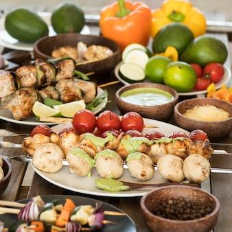 Warzywa i szaszłyki mięsne z przyprawami