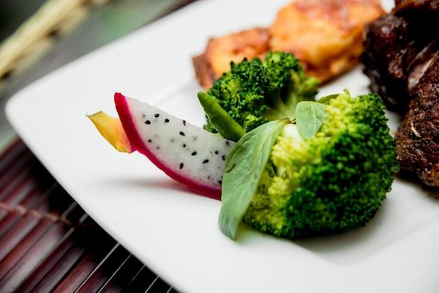 Warzywa na białym talerzu.