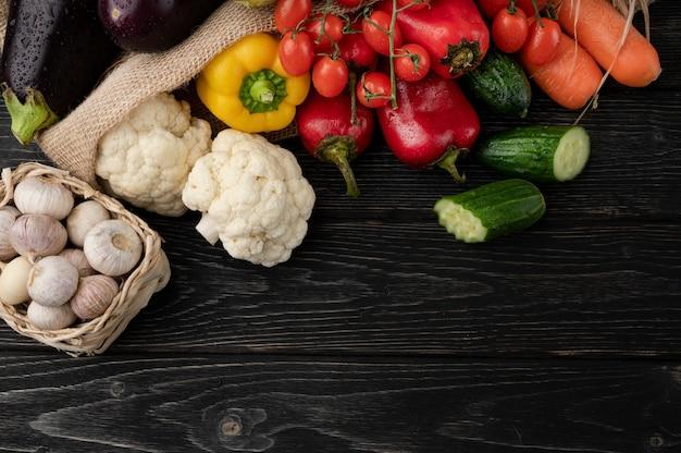 Warzywa na ciemnym drewnianym tle, pięknie zdobione martwa natura warzyw.