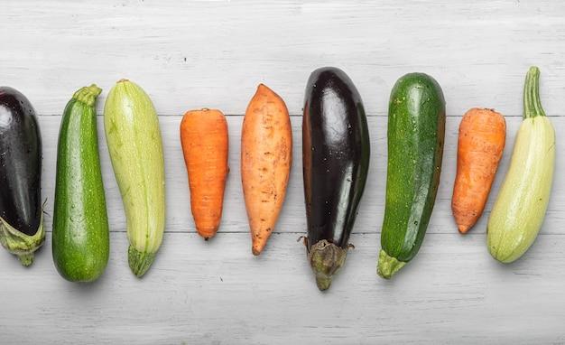 Warzywa na drewnianym stole. składniki na ratatouille