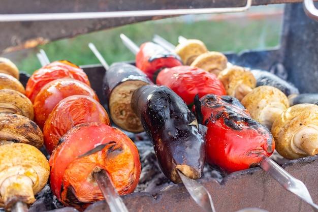 Warzywa na grillu proces gotowania grill, wegetariańskie jedzenie