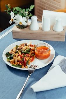 Warzywa na parze pieczarki i sos. menu fotografowania reklam.