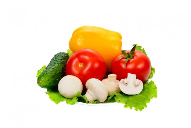 Warzywa na talerzu na białym tle