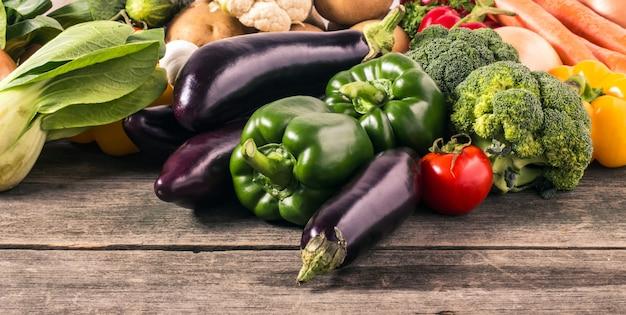 Warzywa na tle drewna. jedzenie organiczne.