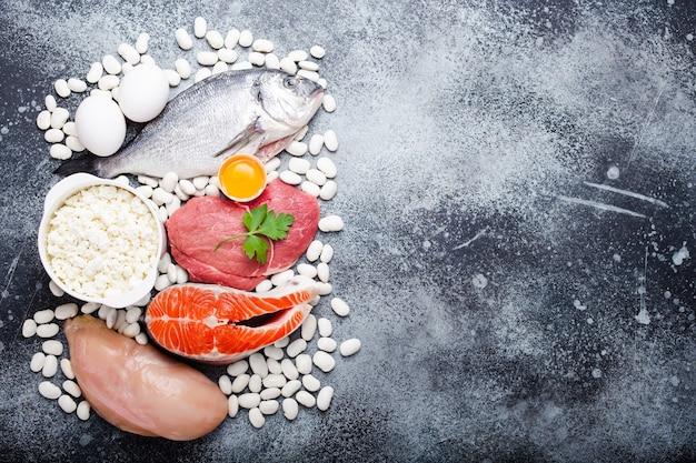 Warzywa, owoce i żywność zawierająca potas, kamień tło, widok z góry, miejsca na tekst. naturalne źródła potasu, witamin i mikroelementów, zdrowa zbilansowana dieta, profilaktyka awitaminozy
