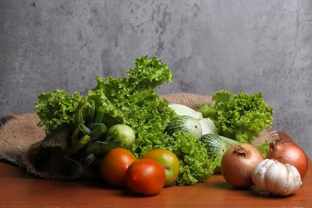 Warzywa sałata bakłażan pomidor ogórek kapusta por cebula czosnek