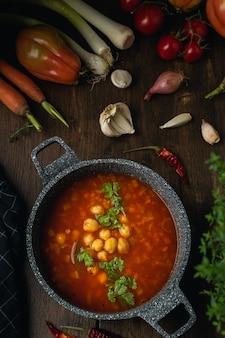 Warzywa, soczewica i ciecierzyca wegetariańska lub wegańska zupa, źródło białka