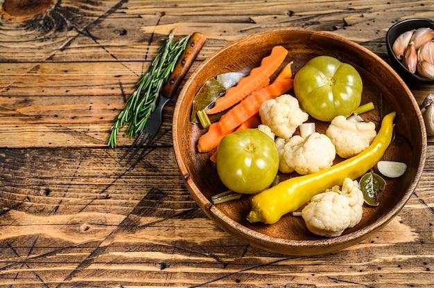 Warzywa solone i kiszone konserwujemy w drewnianym talerzu.