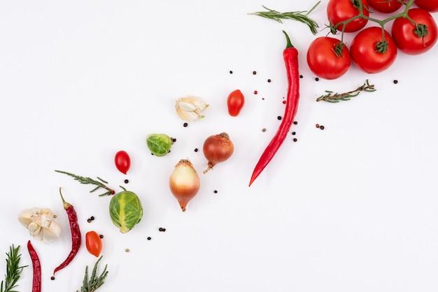Warzywa ułożone od lewej do prawej na białym tle