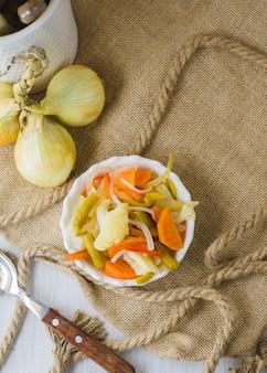 Warzywa w puszkach w sosie winegret, z pustą etykietą i miejscem na tekst