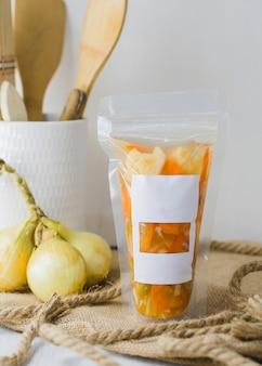 Warzywa w puszkach zapakowane w sos winegret, z pustą etykietą i miejscem na tekst.