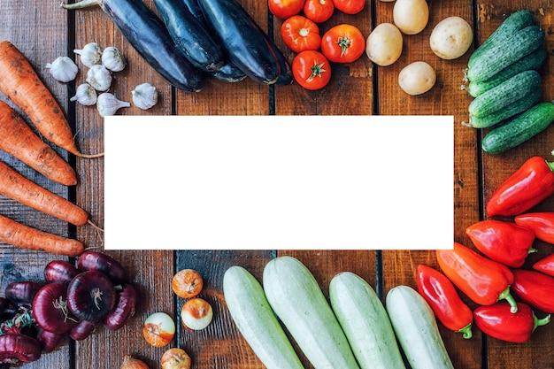 Warzywa w różnych kolorach na ciemnym tle z teksturą z copyspace