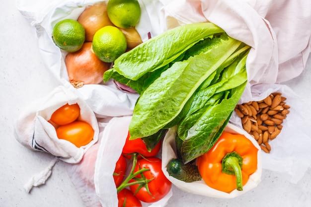 Warzywa w torebkach z ekologicznej bawełny, pieprzu, pomidorze
