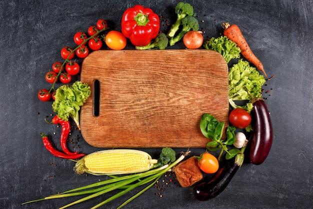 Warzywa wokół deski do krojenia, widok z góry