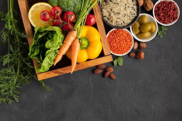 Warzywa z ziarnami na stołowym odgórnym widoku
