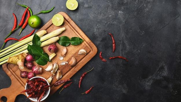 Warzywa zdrowe zioła żywności i przyprawy na pokładzie cięcia. surowce do gotowania tom yum.