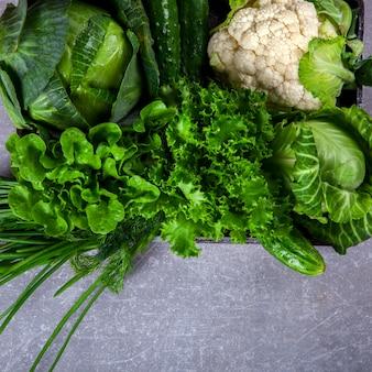 Warzywa zielone na szarym tle