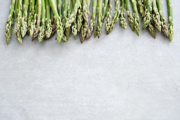 Warzywa. zielone szparagi na stole