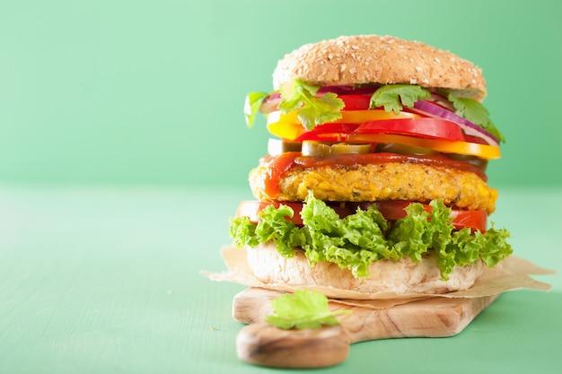 Warzywna ciecierzyca i burger ze słodkiej kukurydzy z pieprzem, jalapeno i cebulą