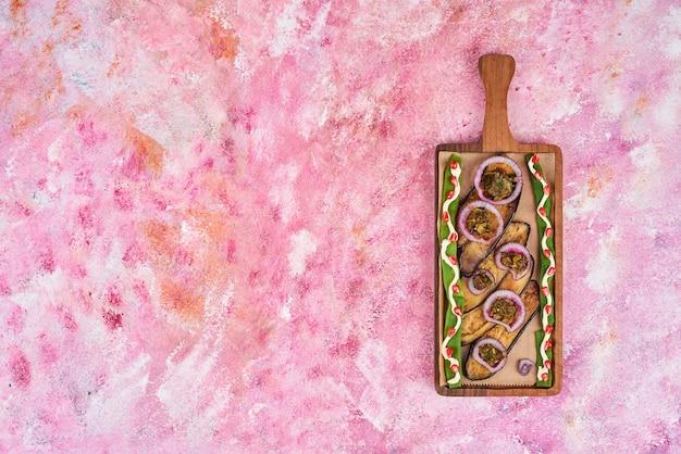 Warzywna przekąska i sałatka na drewnianych deskach.