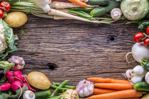 Warzywo. asortyment świeżych warzyw na rustykalnym starym dębowym stole. warzywo z rynku.