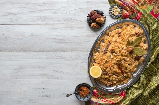Warzywo biryani, danie wegetariańskie na czarnym stole. widok z góry, miejsce