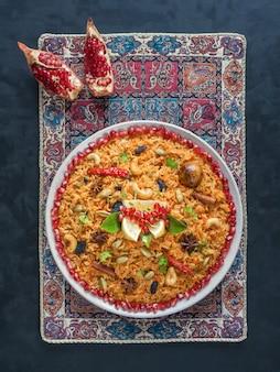 Warzywo biryani, danie wegetariańskie na czarnym stole. widok z góry.