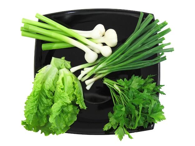 Warzywo-młoda cebula, czosnek, pietruszka i sałata. odosobniony.