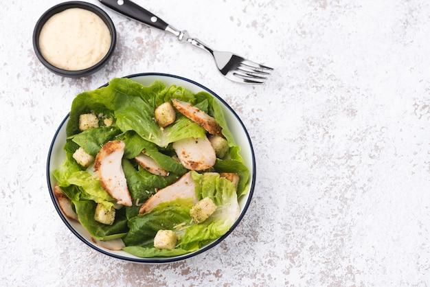 Warzywo z grzankowym sałatkowym kurczaka jedzenia tłem