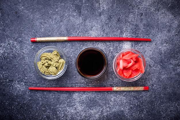 Wasabi, imbir i sos sojowy.